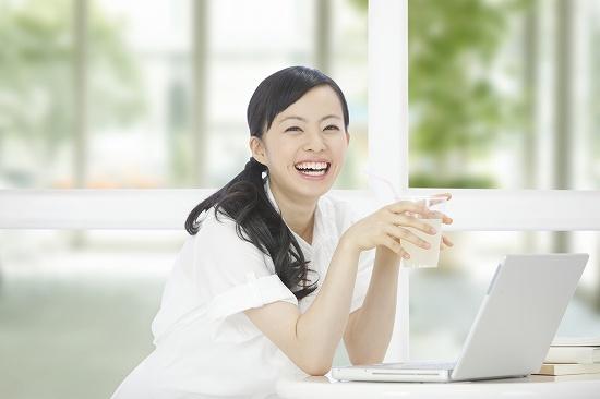 パソコン作業の女性 ドリンクタイム