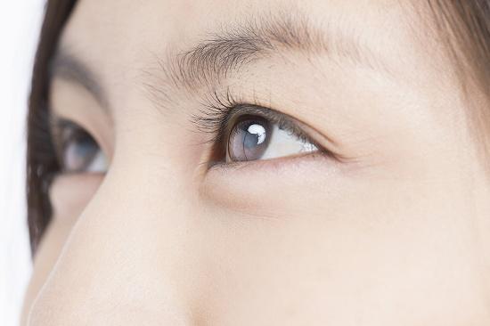 女性の澄んだ瞳