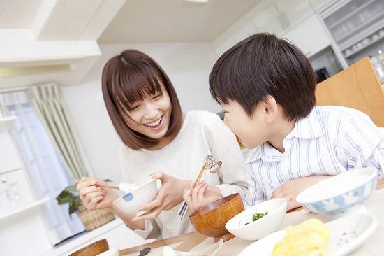 親子の食卓 笑顔で楽しそう