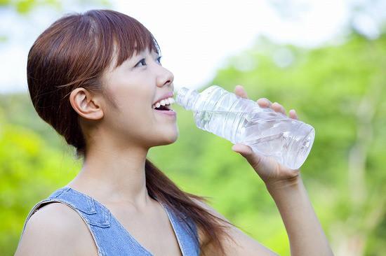水溶性ケイ素希釈液を飲む女性