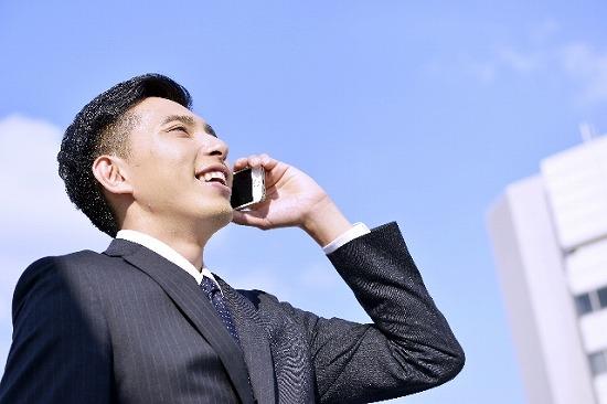 はつらつと電話をする営業マン
