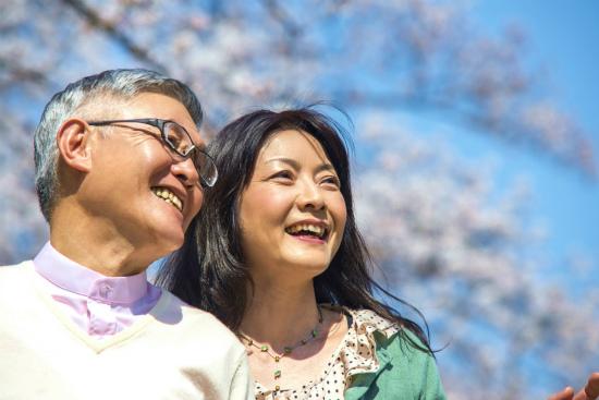 散歩している笑顔の夫婦